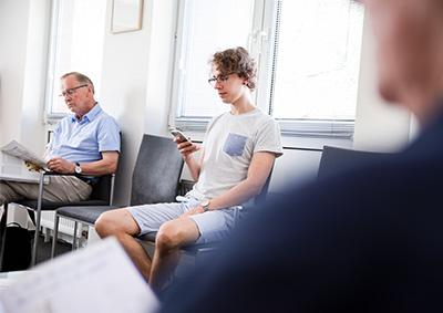 Besetztes Wartezimmer bei Kribus Augenarzt